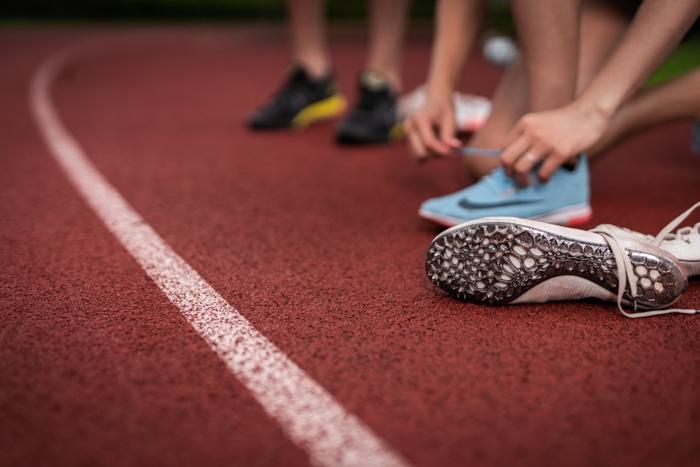 Läufer, Athlet, Athletin, Laufbahn, Sportplatz, Nike, Schuhe, Beine, Arme